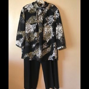 Peter Nygard flowered top and black pants size 16